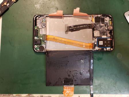 pixel3XLバッテリー膨張でバックパネルが浮いている
