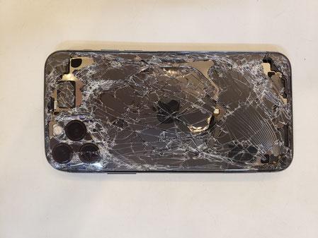 内部露出するほど損傷が酷いiPhone11PROの裏面