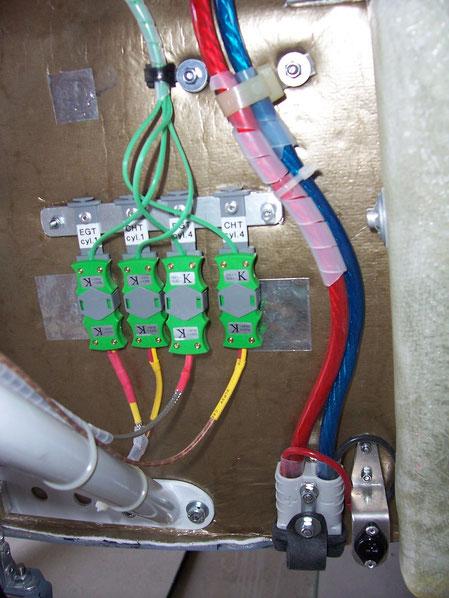 Connecteurs des sondes CHT et EGT. A droite, prise de parc et prise de charge