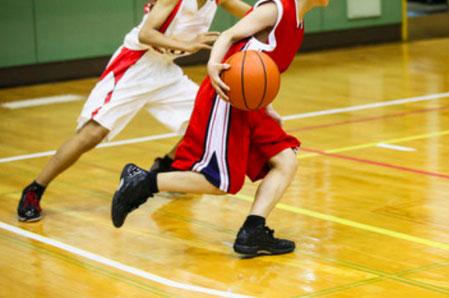 アウトサイドで踏ん張る動き(写真奥)でもクロスステップ時(写真手前)でも腓骨筋が使われています。