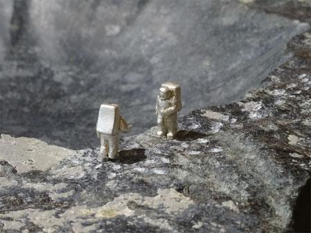 Die  erste Mondlandung, als Thema einer Künstlerischen Darstellung aus Stein und Silber.