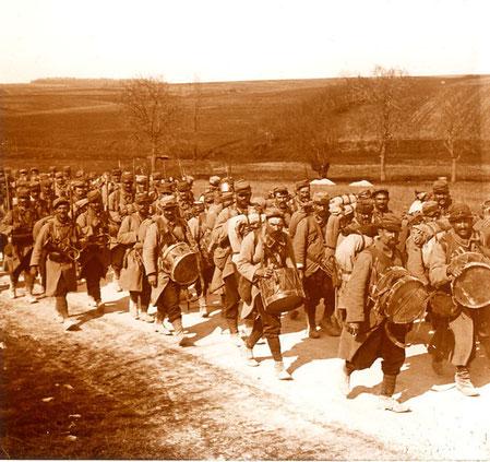 Soldats montant au front