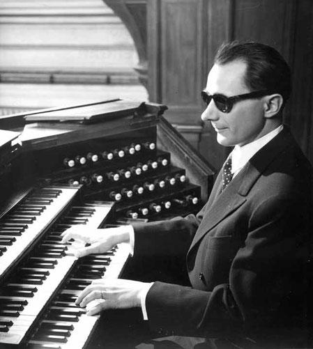 Gaston Litaize aux claviers de l'orgue de Saint-François-Xavier à Paris