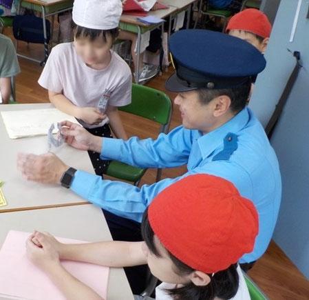 都合をつけて来校してくださった警察官のAさん