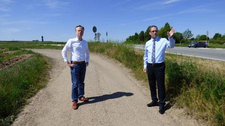 Jan Metzler MdB (links) macht sich bei einem Vor-Ort-Termin mit VG-Bürgermeister Steffen Unger ein Bild von der Lage. Foto: M. Lawall