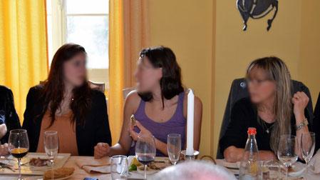 Photo originale, la personne de droite semble s'ennuyer