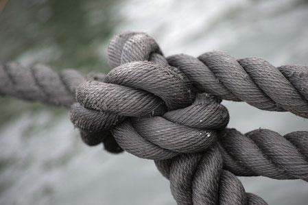 La Bible dit que la corde à 3 brins ne se rompt pas facilement. Le nombre 3 est employé à de nombreuses reprises dans la Bible, il symbolise la répétition, l'accentuation et l'importance d'une action, d'un évènement, d'une prophétie, d'un miracle…