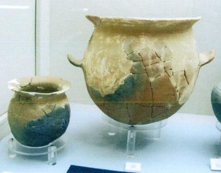 右:8号墳、左:9号墳から出土の甕