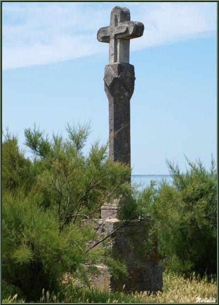 Croix sur la Promenade des Remparts à Talmont-sur-Gironde, Charente-Maritime