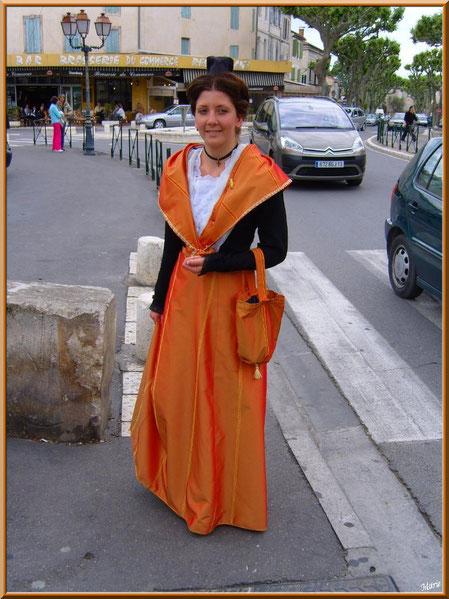Arlésienne participant à l'élection de la Dame de Saint Rémy de Provence, Alpilles, Bouches du Rhône