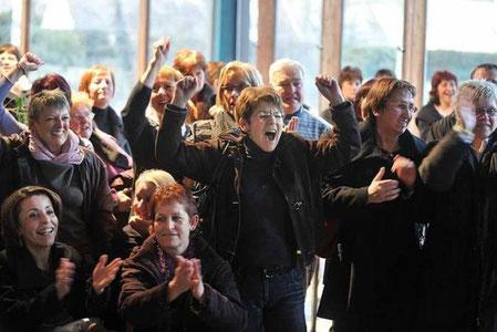 DREUX (EURE-ET-LOIR), 19 FEVRIER 2010. Les salariés de l'usine Philips manifestent leur joie à l'énonce du jugement en référé du TGI de Chartres.