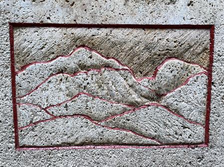 """Darstellung des Berges  """"Mahouna"""" auf Bettinas Monument.  Bettina schuf von diesem algerischen Berg mehr als Hundert Gemälde."""