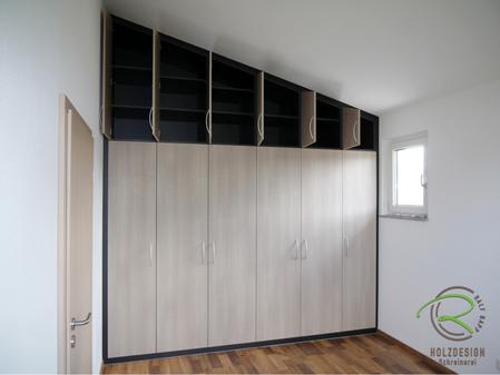 Einbau-Kleiderschrank in die Dachschräge in anthraziten Korpus und Holzdekorfronten
