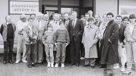 Der Aussiedlerbeauftragte der Bundesregierung, Parlamentarischer Stadtssekretär und Bundestagsabgeordneter Dr. Horst Waffenschmidt, zu Besuch in Wolfsburg-Westhagen im Jugendtreff Hütten.