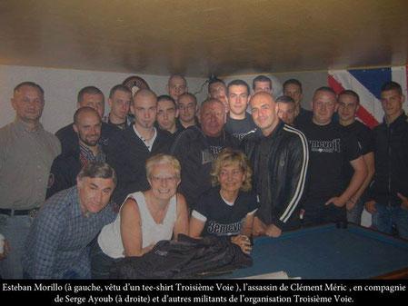 """Naziskin Esteban Morillo (lyskegle) sammen med medlemmer fra det nu forbudte """"Troisieme Voie""""  og """"Envie de rever"""""""