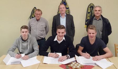 Mit (vorne von links) Paul Smit, Marek Janssen und Lukas Koets unterschrieben drei herausragende Talente aus der eigenen Jugend für die kommende Saison.