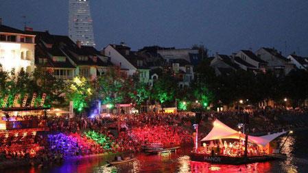 Das Floss direkt vor dem East West Hotel ein super Show in der Nacht