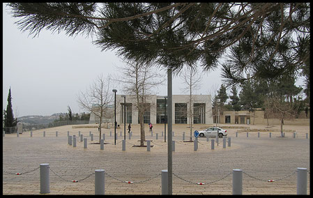 Вход в центральное здание музея