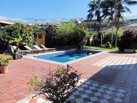 Pool mit großer gefliester Sonnen Terrasse mit Meerblick