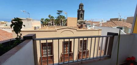 Blick vom Balkon auf eine historische Kirche in Puerto de la Cruz