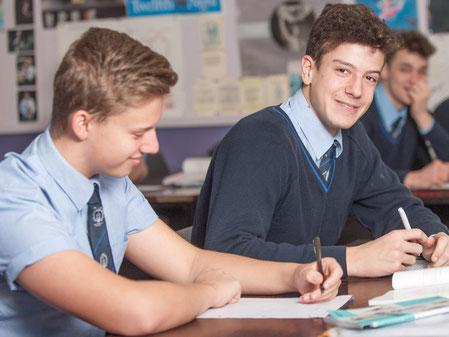 adolescent en cours en uniforme dans un college anglais