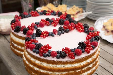 Hochzeitstorte Beeren Naked Cake