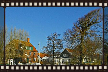 Rathaus Spiekeroog und Teetied unter blauem Himmel