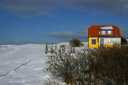gelbes Haus im Schnee