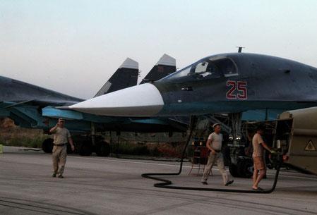 Controlli pre-missione su un Su-34 / Sputnik News