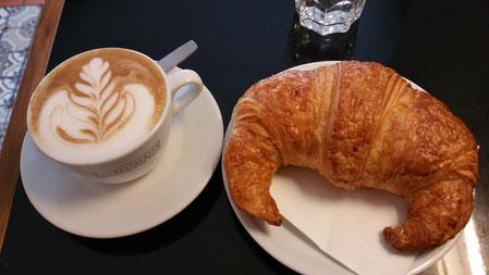 """Frühstück in der Bar um die Ecke in deutscher Perfektion - hier aber in Regensburg Cafè """"Drei Mohren"""""""