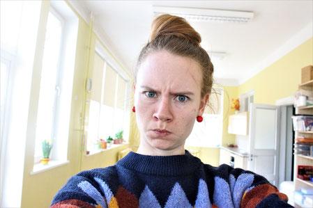 Mein Gesicht, wenn ich eine strenge Lehrerin bin
