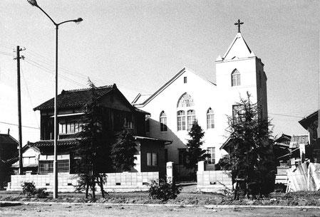 1963年に道路拡張工事にともなって向きを東向きに変えた教会堂。内装工事も実施され明るい会堂として生まれ変わった。