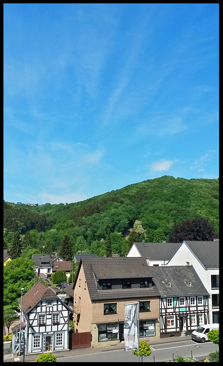 Tourismusinformation Waldbreitbach, linkes Fachwerkhaus, vom Kirchplatz aus gesehen