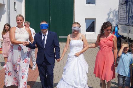 Mit verbundenen Augen wurde das Hochzeitspaar zur Überraschung geführt. Foto: Alpha-Report