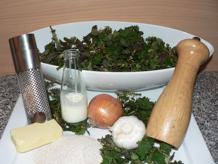 Brennnesselspinat Zubereitung, Gewürze, Zwiebel, Muskat, Knoblauch, Sahne, Mehl, Butter