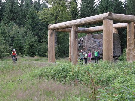 """Auf dem Rothaarsteig begegnen sich Wanderer und Mountainbiker. Hier vor dem Kunstwerk """"Stein-Zeit-Mensch"""" am WaldSkulpturenWeg."""
