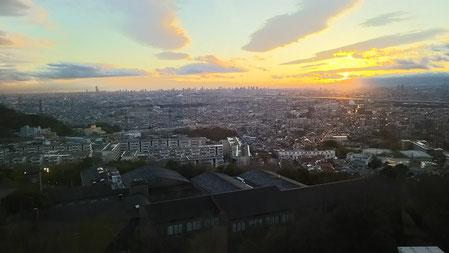 研究室の窓から大阪平野を望む。夜景もきれいです。