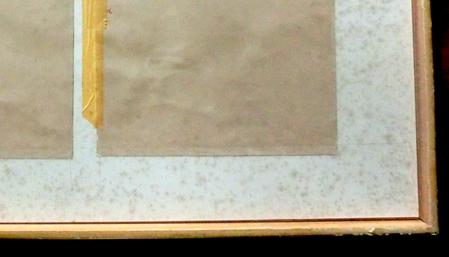 劣化例:作品の黄変(酸性紙化)とカビ発生のマットボード テープの酸化