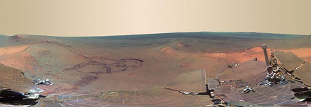 "Greeley Haven Panorama, aufgenommen vom Mars Exploration Rover ""Opportunity"". Es zeigt Cape York am Rand des Endeavour Kraters. (NASA/JPL-Caltech/Cornell/Arizona State Univ.)"