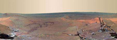 "Greeley Haven Panorama, aufgenommen vom Mars Exploration Rover ""Opportunity"". Es zeigt Cape York am Rand des Endeavour Kraters. (NASA/JPL-Caltech/Cornell/Arizona State Univ.)"