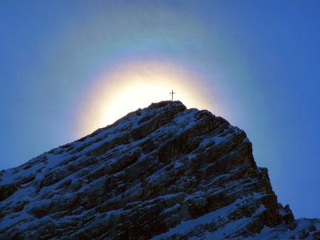 Sonnenkorona über dem Gipfel der Alpspitze