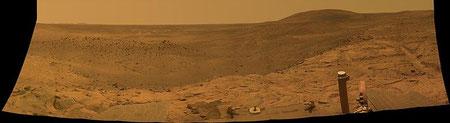"""Der NASA Mars Exploration Rover """"Spirit"""" nahm dieses Bild mit den Columbia Hills Ende 2007 auf. Die Columbia Hills sind ein flacher, ca. 5 km langer und bis zu 3 km breiter Höhenzug innerhalb des Kraters Gusev. (NASA/JPL-Caltech/Cornell University)"""