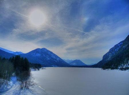 Schwache Nebensonne über dem Sylvensteinsee