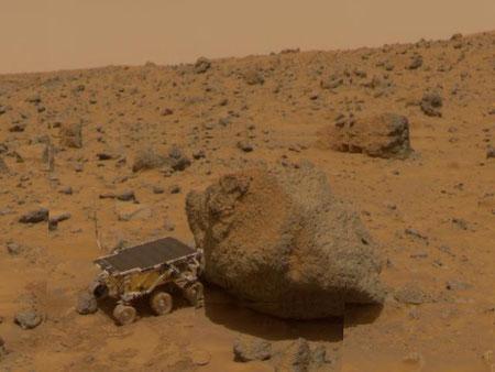 """Sojourner und der Felsbrocken """"Yogi"""", aufgenommen von der Landeeinheit (NASA)"""