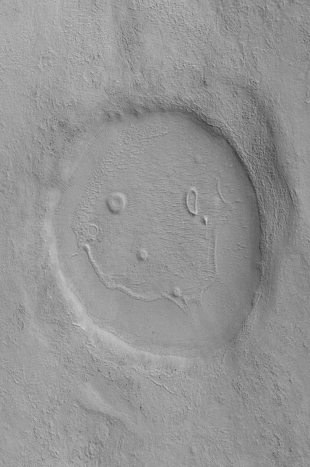 """Der bisher unbenannte Krater """"Happy Face"""", aufgenommen am 31. Januar 2008, von der Mars Reconnaissance Orbiter's Context Camera (NASA/JPL/MSSS)"""