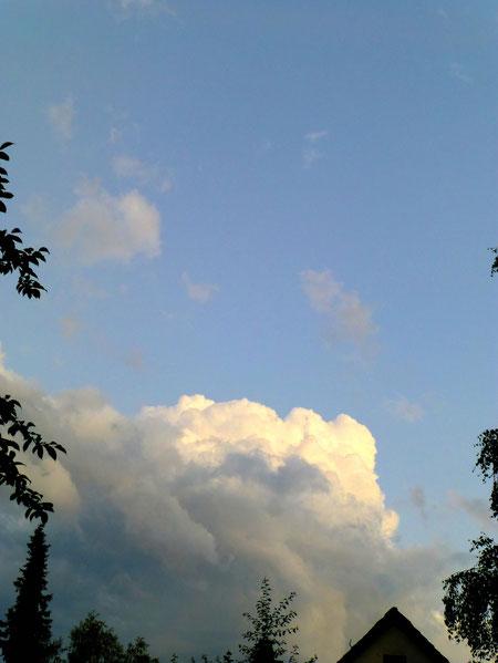 Vom letzten Sonnenlicht beleuchtete Wolken... am Boden ist die Sonne schon untergegangen