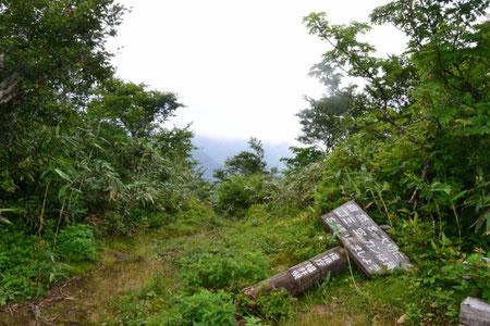 白山伏拝です。雲が途切れず、残念ながら白山を拝むことは出来なかった。経ヶ岳も雲の中。