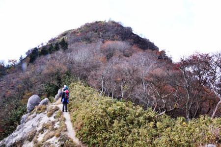 鎌ヶ岳までもう一息。残念!!紅葉には少し遅かった