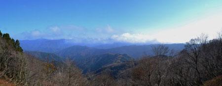 東側の展望・・・左端はたぶん三十三間山でしょう 西側は雑木で展望はよくない