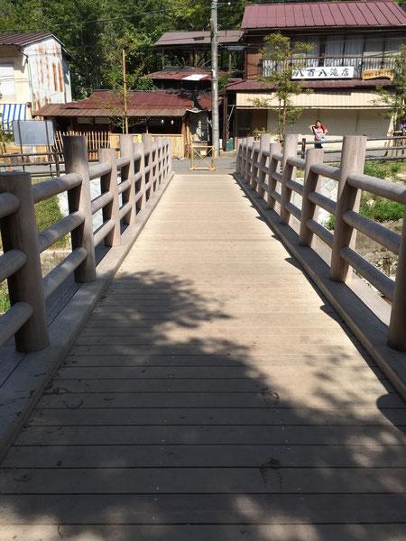 新しい橋。昔は赤いコンクリートの橋だったのですが、木製の良い橋が出来ていました。
